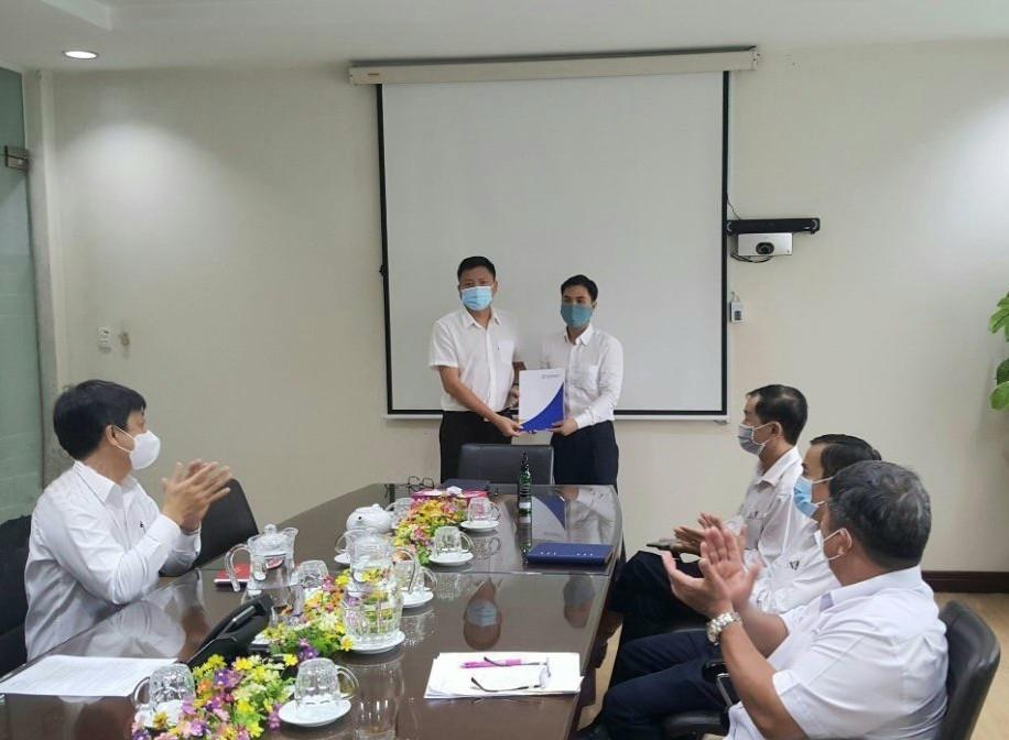 Trao Quyết định điều động Dược sĩ Trần Đức Thắng, Phó Trưởng phòng Kho vận đến nhận nhiệm vụ Phó Trưởng phòng Quản lý chất lượng